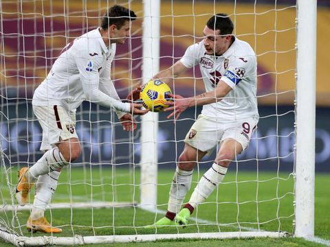ROME, ITALY - DECEMBER 17: Andrea Belotti of Torino collects the ball from the net after scoring their sides first goal during the Serie A match between AS Roma and Torino FC at Stadio Olimpico on December 17, 2020 in Rome, Italy. The match will be played without fans, behind closed doors as a Covid-19 precaution.  (Photo by Paolo Bruno/Getty Images)