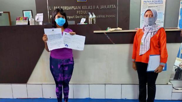 artis Vanessa Angel keluar dari Lapas Pondok Bambu, Jakarta Timur.Kabar tersebut dibenarkan oleh Kabag Humas dan Protokol Ditjen PAS Kemenkum HAM, Rika Aprianti. Bukan bebas murni, tapi Vanessa Angel mendapatkan asimilasi.