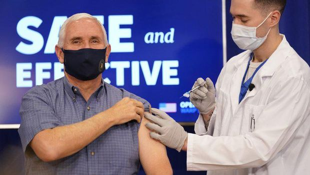 Wapres AS Mike Pence disuntik vaksin Pfizer-BioNTech. (AP Photo/Andrew Harnik)