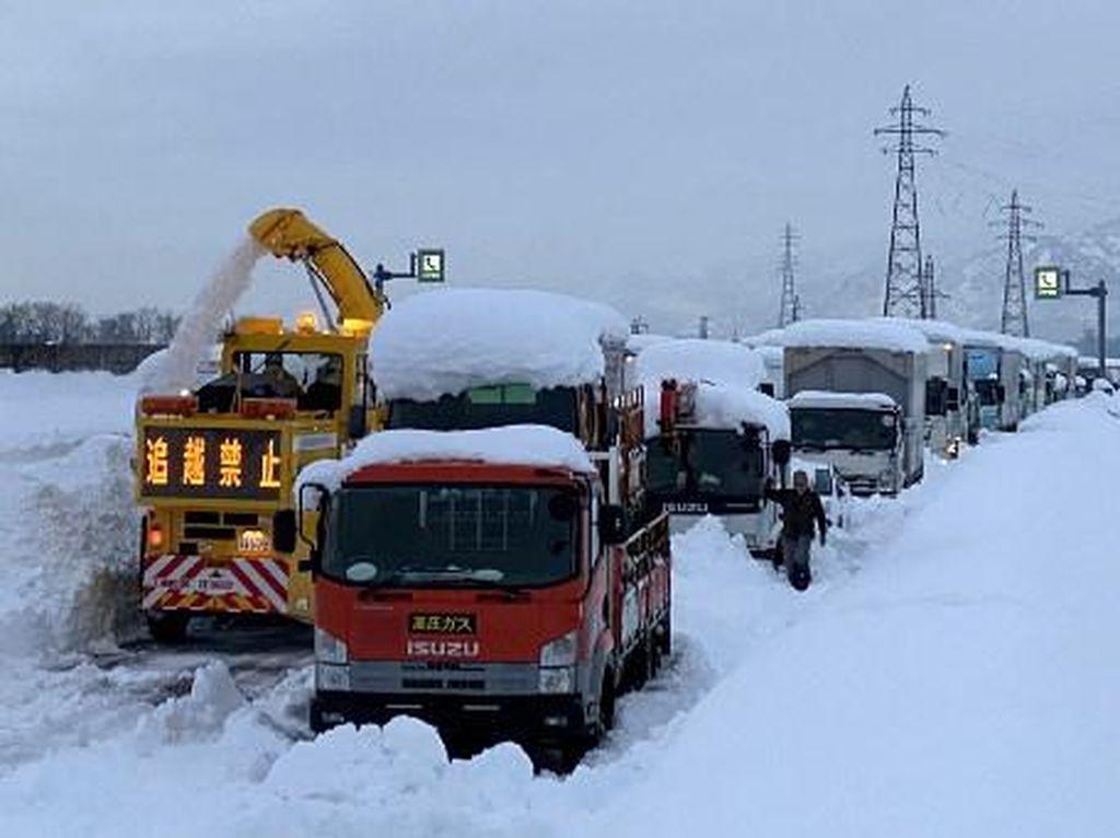 Jepang Alami Badai Salju, 1.000 Mobil Terjebak di Jalan Tol