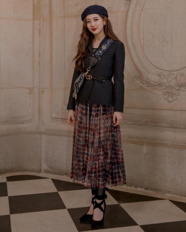 Terakhir ada aktris Bae Suzy yang sepertinya patut disebut seorang pengagum Christian Dior sejati,