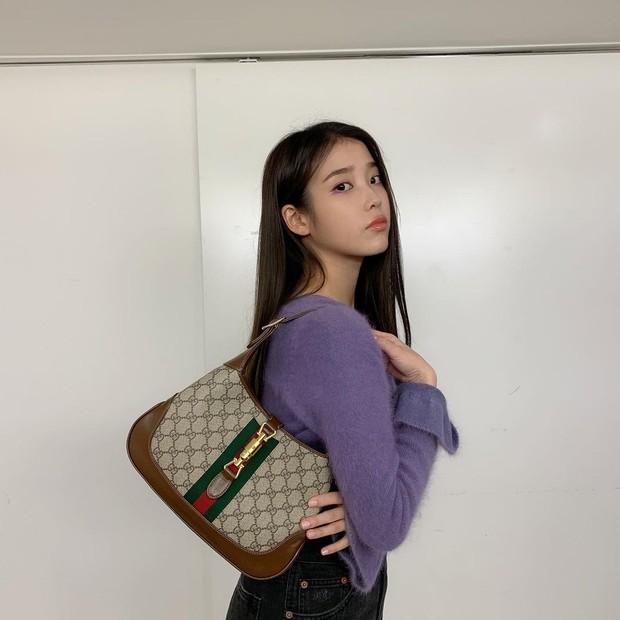 IU sepertinya penggemar berat dari brand mewah Gucci, terlihat dia mengenakan the Jackie 1961 hobo bag