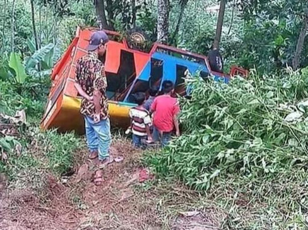 Detik-detik Horor Kecelakaan Maut Odong-odong Masuk Jurang di Batang