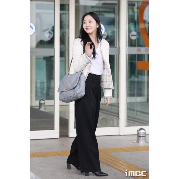 Salah satu koleksinya adalah tas yang dikenakan oleh dirinya yang berasal dari rumah mode Paris.