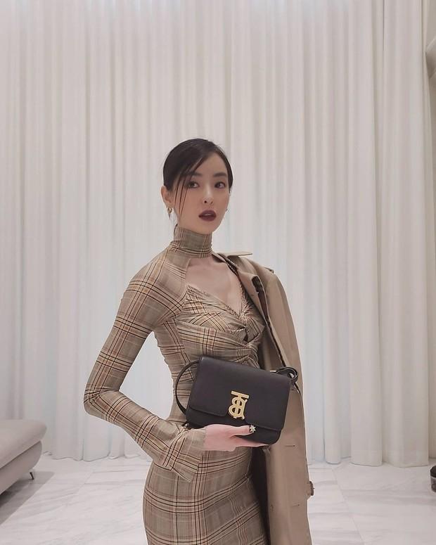 Aktris Lee Da Hee mengenakan koleksi tas Burberry, the TB Bag