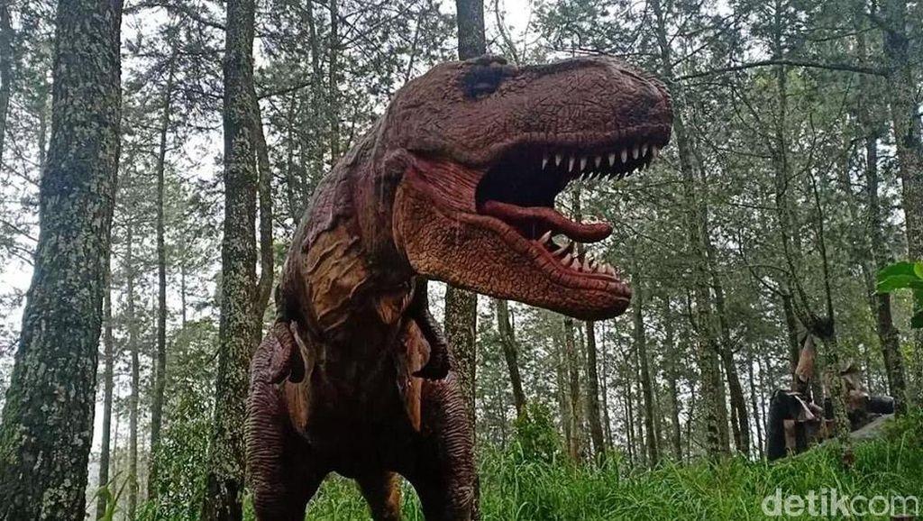 Melihat Dinosaurus di Mojosemi Forest Park