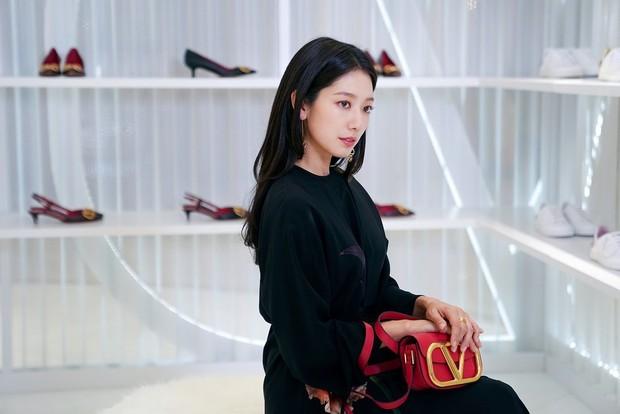 Dalam unggahannya, Park Shin Hye jarang membawa tas dari brand mewah lainnya, selain Valentino.