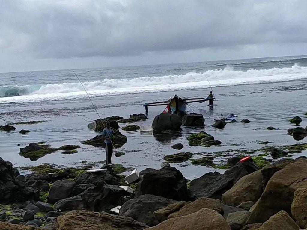 Perahu Terbalik Dihantam Ombak, Nelayan Pacitan Tewas dan Satu Lagi Hilang