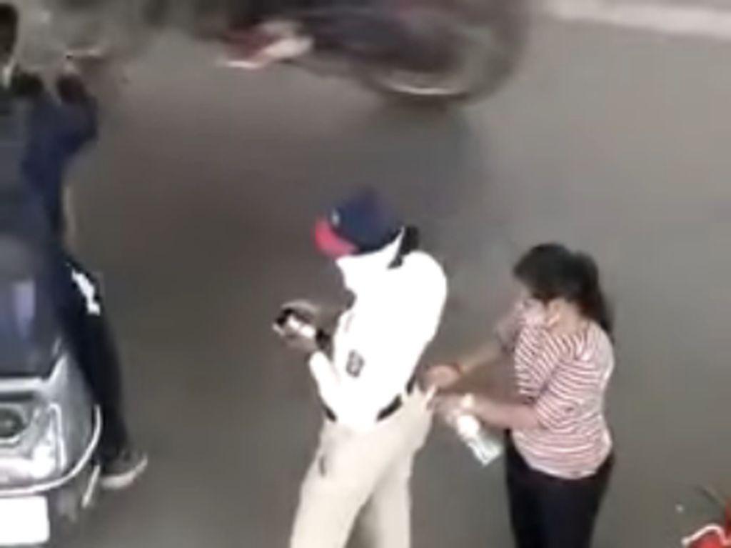 Cara Polisi Lalu Lintas Ini Terima Uang Sogok Tertangkap Kamera