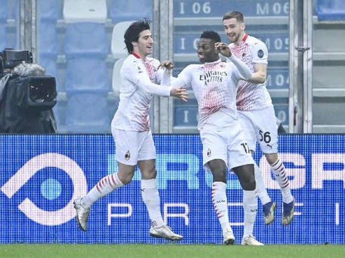 AC Milans Portuguese forward Rafael Leao (C) celebrates after opening the scoring during the Italian Serie A football match Sassuolo vs AC Milan on December 20, 2020 at the Mapei stadium in Sassuolo. (Photo by Alberto PIZZOLI / AFP)