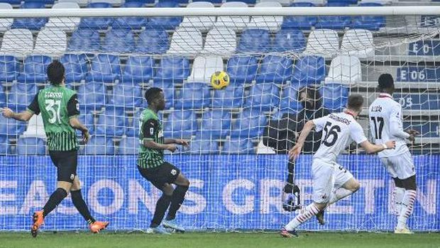 AC Milan's Belgian midfielder Alexis Saelemaekers (2ndR) scores the second goal during the Italian Serie A football match Sassuolo vs AC Milan on December 20, 2020 at the Mapei stadium in Sassuolo. (Photo by Alberto PIZZOLI / AFP)
