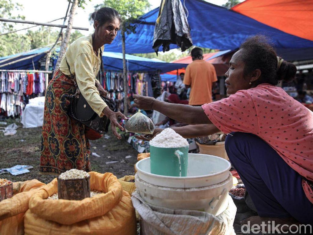 Pasar Alas di Malaka Buka Seminggu Sekali, Menakar Tanpa Timbangan