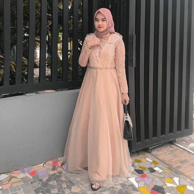 Inspirasi dress kebaya cantik warna peach.