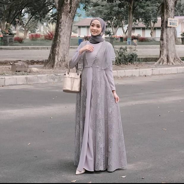Inspirasi dress kebaya cantik warna abu-abu.
