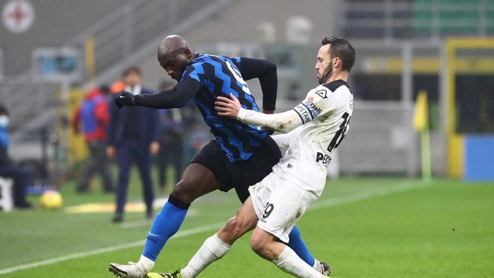 MILAN, ITALY - DECEMBER 20: Romelu Lukaku of Internazionale battles for possession with Claudio Terzi of Spezia during the Serie A match between FC Internazionale and Spezia Calcio at Stadio Giuseppe Meazza on December 20, 2020 in Milan, Italy. Sporting stadiums around Italy remain under strict restrictions due to the Coronavirus Pandemic as Government social distancing laws prohibit fans inside venues resulting in games being played behind closed doors. (Photo by Marco Luzzani/Getty Images)