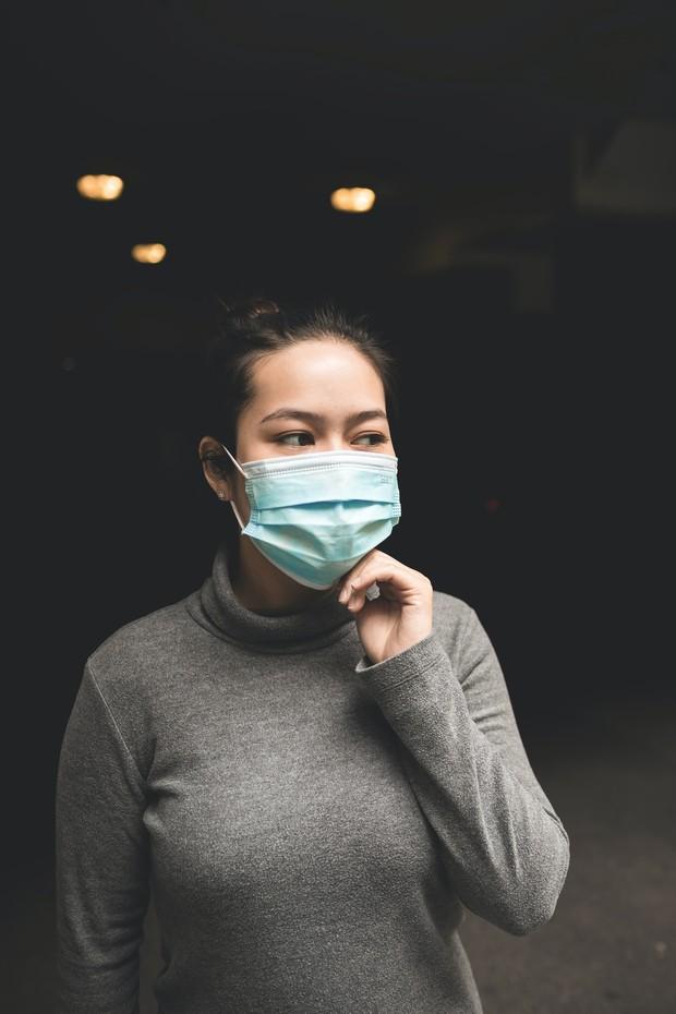 Ilustrasi wanita menggunakan masker