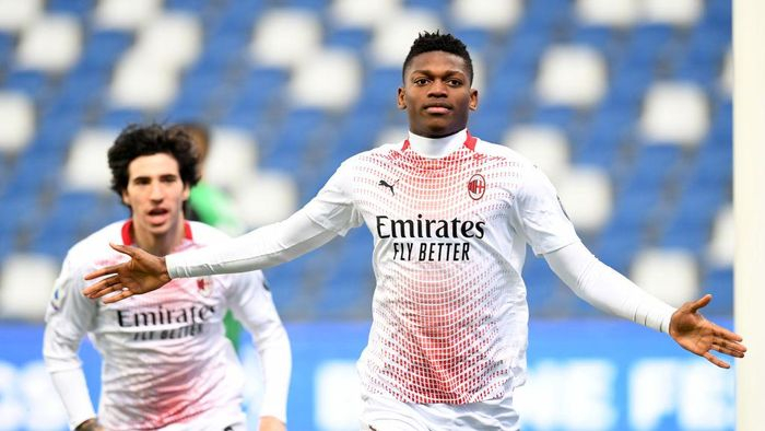 REGGIO NELLEMILIA, ITALY - DECEMBER 20: Rafael Leao of AC Milan celebrates after scoring their teams first goal  during the Serie A match between US Sassuolo and AC Milan at Mapei Stadium - Città del Tricolore on December 20, 2020 in Reggio nellEmilia, Italy. Sporting stadiums around Italy remain under strict restrictions due to the Coronavirus Pandemic as Government social distancing laws prohibit fans inside venues resulting in games being played behind closed doors. (Photo by Alessandro Sabattini/Getty Images)