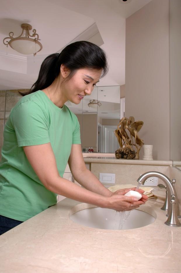 Ilustrasi wanita mencuci tangan.