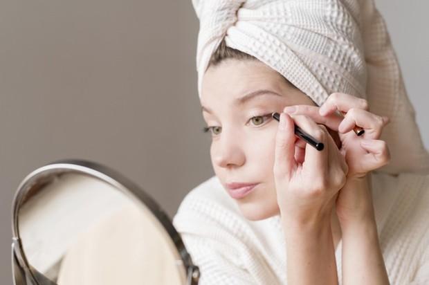 Coba aplikasikan eyeliner saat mata terbuka dan mencegahnya tertutup dan meregang.
