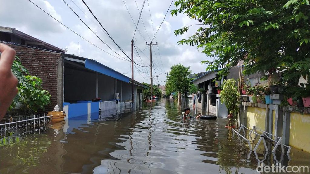 Foto: Banjir 2 Meter Rendam Rumah Warga di Perumnas Antang Makassar