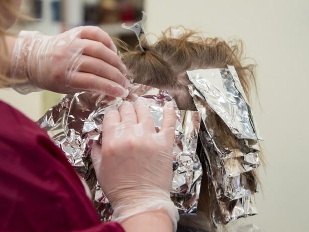 Hal ini akan mempermudah saat mengaplikan pewarna pada rambut.
