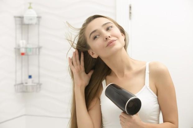 Ilustrasi keringkan rambut