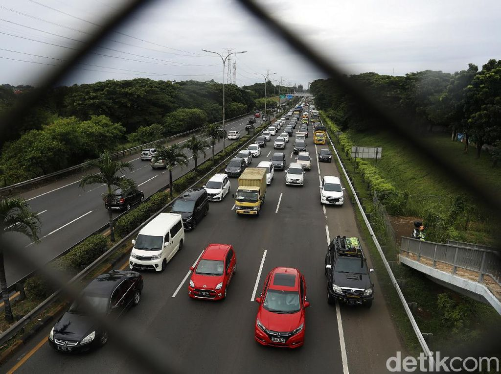 Puluhan Mobil Pecah Ban di Km 39 Tol Japek, Jasa Marga Ganti Rugi
