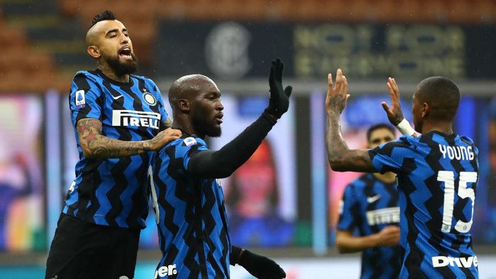 MILAN, ITALY - DECEMBER 20: Romelu Lukaku of Inter Milan celebrates with (l-r) Arturo Vidal and Ashley Young after scoring their sides second goal from a penalty  during the Serie A match between FC Internazionale and Spezia Calcio at Stadio Giuseppe Meazza on December 20, 2020 in Milan, Italy. Sporting stadiums around Italy remain under strict restrictions due to the Coronavirus Pandemic as Government social distancing laws prohibit fans inside venues resulting in games being played behind closed doors. (Photo by Marco Luzzani/Getty Images)