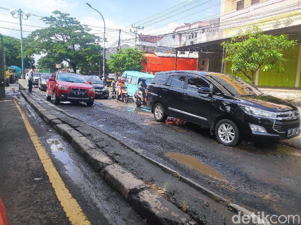 Jalur Trans Sulawesi di Maros Berlubang, Bisa Buat Macet hingga 7 Km