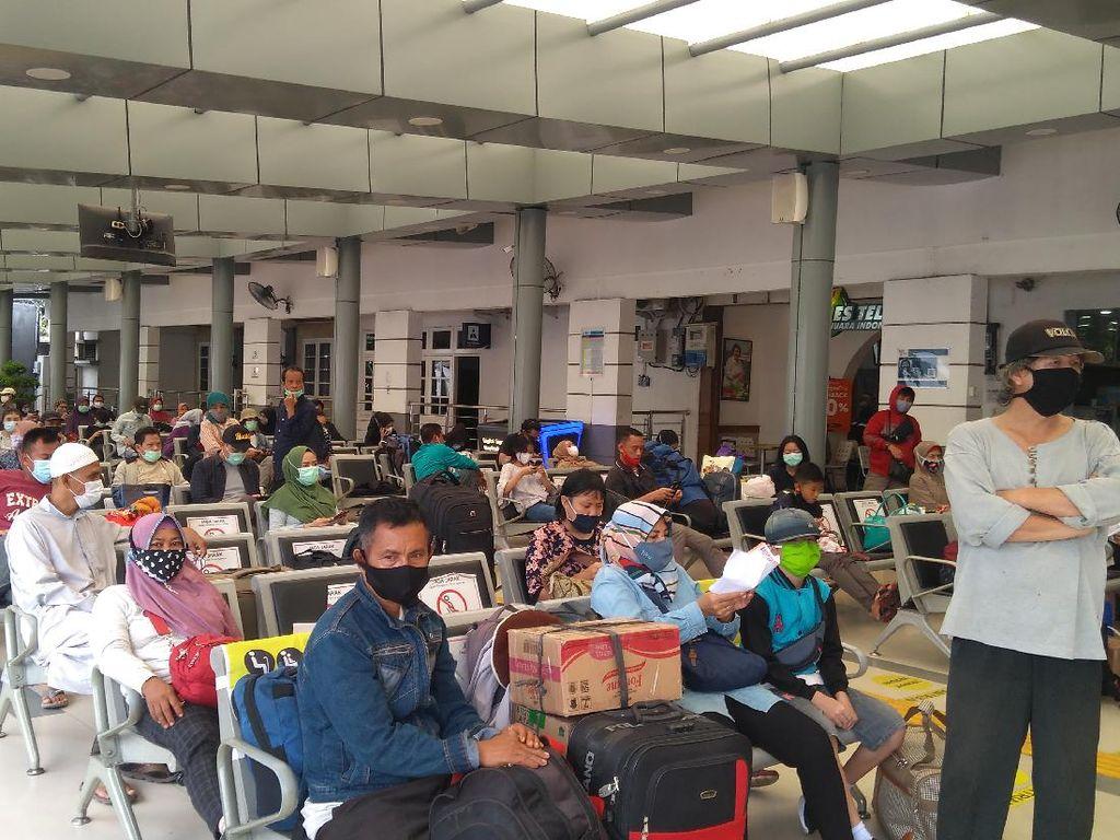 Jelang Libur Nataru, Stasiun Pasar Senen Ramai Penumpang Siang Ini