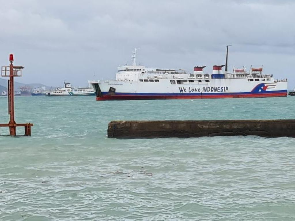 Cuaca Buruk, Kapal Feri Berpenumpang 289 Orang Kandas di Laut Merak