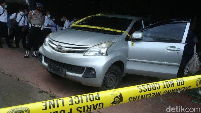 Komnas HAM dan Bareskrim Polri memeriksa barang bukti penembakan di Polda Metro Jaya, Senin (21/12/2020). Kedua pihak memeriksa mobil yang ditumpangi oleh 6 anggota laskar FPI dan Bareskrim Polri.