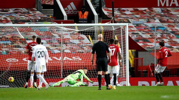 Manchester, Inggris -  Pemain Manchester United Victor Lindloff mencetak gol keempat timnya dalam pertandingan Liga Premier antara Manchester United dan Leeds United di Liga Premier pada 20 Desember 2020.  Permainan ini dimainkan tanpa fans, dengan pintu tertutup seperti Covid-19 dengan hati-hati.  (Foto oleh Clive Brunsky / Getty Images)