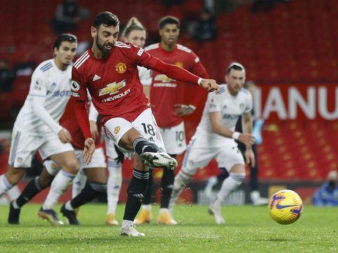 Pemain Manchester United Bruno Fernandez mencetak gol keenam tim di Liga Premier Inggris pada Minggu, 20 Desember 2020 di Manchester United dan Leeds United di Stadion Old Trafford.  (Clive Brunskiel melalui AP)