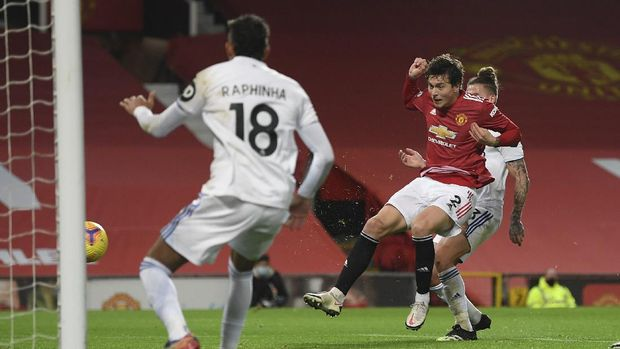 Manchester United's Victor Lindelof, 2nd right, scores his side's fourth goal during an English Premier League soccer match between Manchester United and Leeds United at the Old Trafford stadium in Manchester, England, Sunday Dec. 20, 2020. (Michael Regan/Pool via AP)