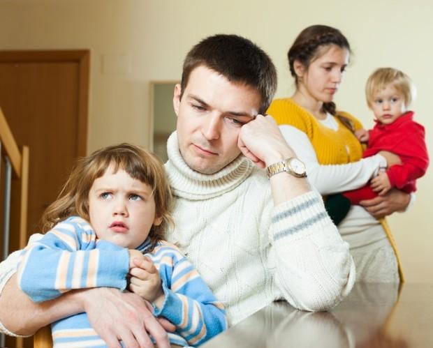 Orang tua harus pandai menyembunyikan masalah pribadi dari anak.