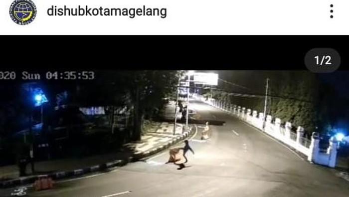 Pemotor tendangi water barrier di Kota Magelang terekam CCTV, Senin (21/12/2020).