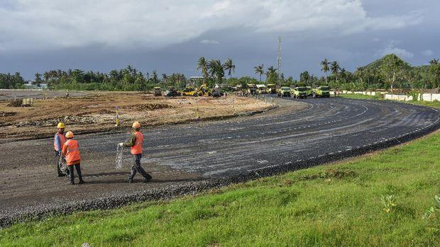 Sejumlah pekerja menyelesaikan pengerjaan pengaspalan lapisan atas badan jalan Mandalika MotoGP Street Circuit di The Mandalika, Pujut, Praya, Lombok Tengah, NTB, Minggu (20/12/2020).Saat ini konstruksi Jalan Kawasan Khusus (JKK) yang dapat berfungsi sebagai sirkuit jalanan MotoGP sepanjang 4,3 kilometer dengan 17 tikungantersebut ditargetkan rampung pada Juni 2021 dengan progres ground work atau pekerjaan tanah telah mencapai 94.3 persen dan pengerjaan untuk Jalan Spesifikasi Khusus telah mencapai 33.78 persen.ANTARA FOTO/Ahmad Subaidi/hp.