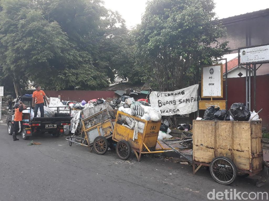 TPST Piyungan Ditutup Warga, Sampah di TPS Kota Yogya Menumpuk