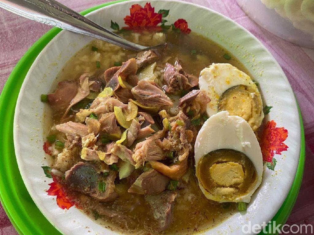 Uenak Poll! Sarapan Soto Ayam Kampung dengan Telur Asin di Pasar Rogojampi