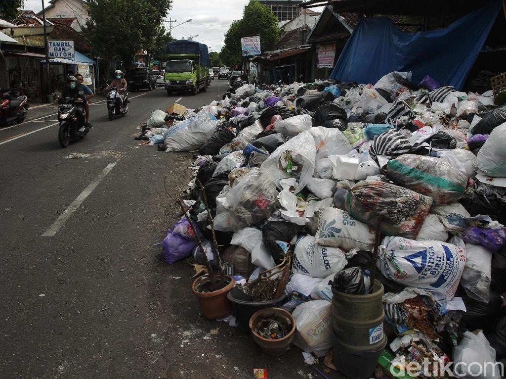 TPST Piyungan Disegel Warga, Sampah Membludak di Jalanan