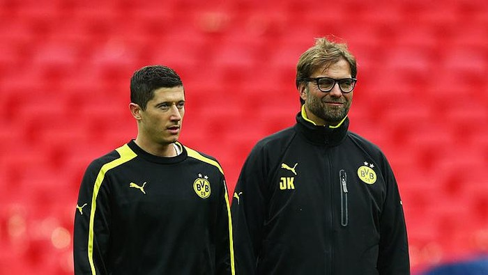LONDON, ENGLAND - MAY 24:  Head Coach Jurgen Klopp of Borussia Dortmund (R) and player Robert Lewandowski during a Borussia Dortmund training session ahead of the UEFA Champions League final match against FC Bayern Muenchen at Wembley Stadium on May 24, 2013 in London, United Kingdom.  (Photo by Alex Livesey/Getty Images)