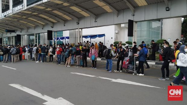 Antrean calon penumpang yang mengular di luar  Shelter Kalayang Terminal 2 Bandara Soekarno-Hatta, Cengkareng, Tangerang, Selasa (22/12/2020). (CNNIndonesia/Yogi Anugrah)