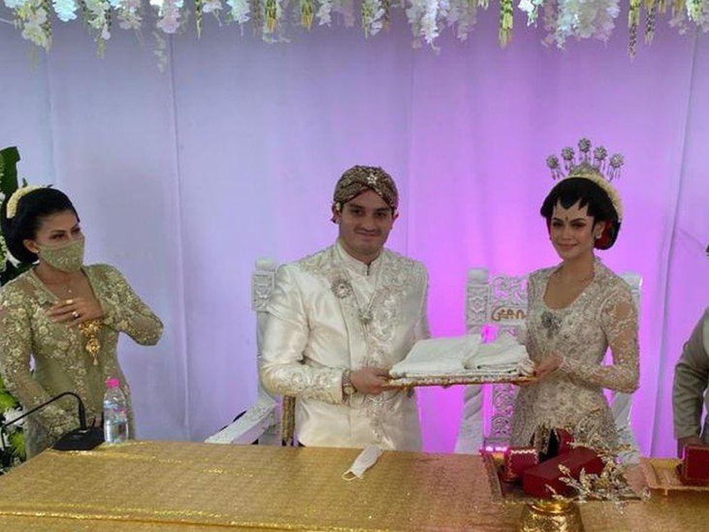 Pernikahan Drive-thru, Pengantin Sambut 10.000 Tamu Tanpa Turun dari Mobil