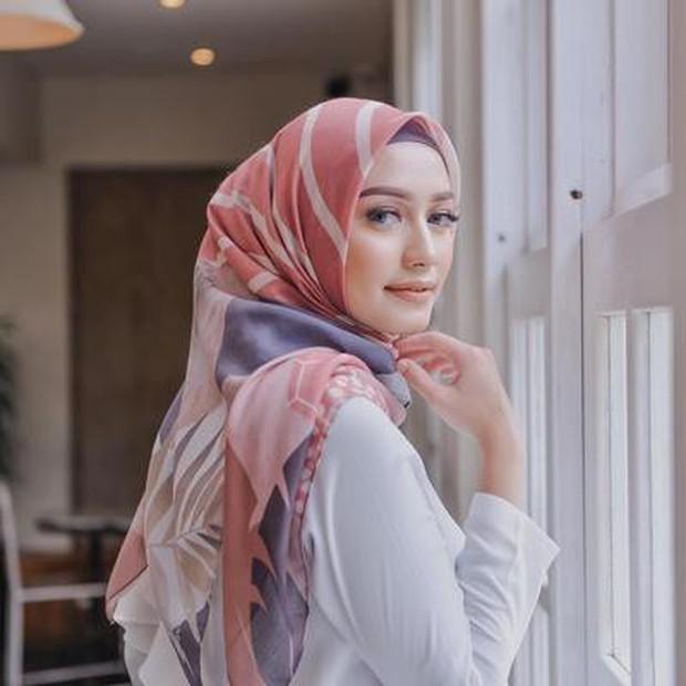 Tips Outfit Untuk Payudara Besar dengan Hijab Motif/medium.com