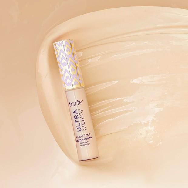 Shape Tape Ultra Creamy Concealer mampu meng-coverage dengan sempurna, memiliki hasil akhir seperti satin, dan tentunya menghidrasi kulit.