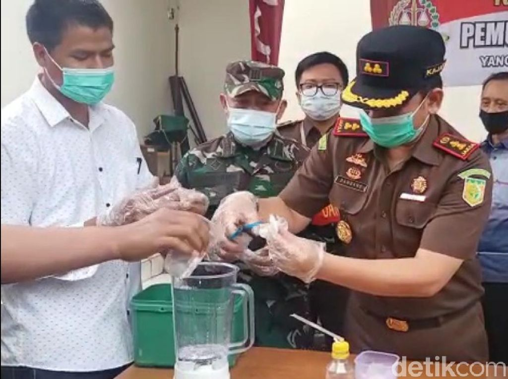 Kejari Kabupaten Sukabumi Bakar Uang Palsu dan Blender Narkoba