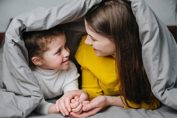 Orang tua perlu membangun komunikasi yang baik dengan anak dan juga mendengarkan.