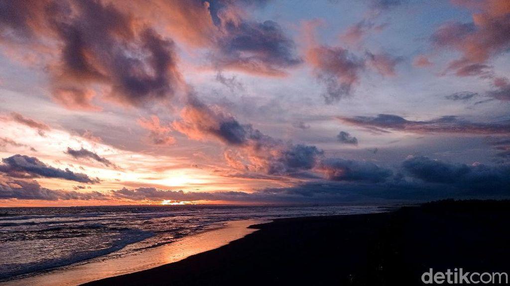 Memburu Matahari Terbenam di Pantai Pangandaran