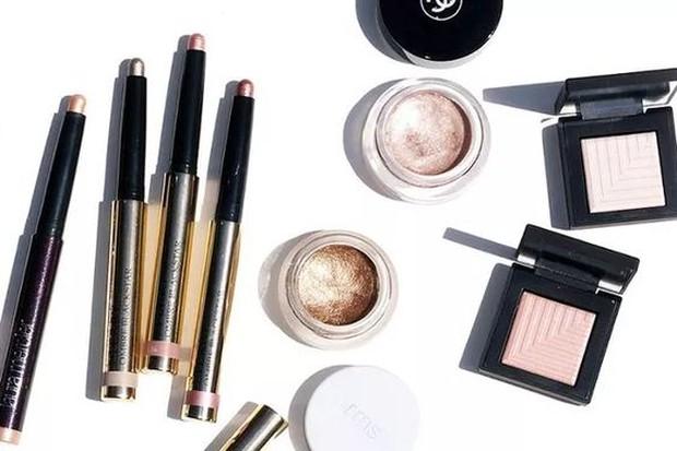 Jika memakai makeup yang sudah kadaluwarsa, maka kulit akan terkena iritasi.